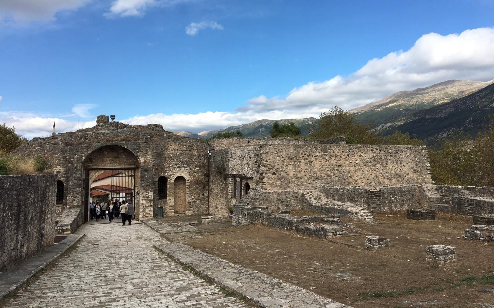 The Ottoman gate entranceway to the seraglio district that Evliya u00c7elebi describes in his 1670 visit to Ioannina as one of the four Muslim negihborhoods.