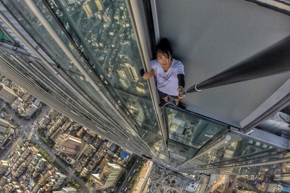Photo shows Chinese stuntman and social media star Wu Yongning scaling a building. (Photo: Weibo)