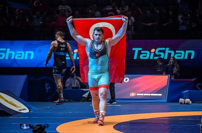 Rıza Kayaalp celebrates after winning the gold medal in the men's Greco-Roman 130kg category final at the Wrestling World Championships in Paris. (EPA Photo)
