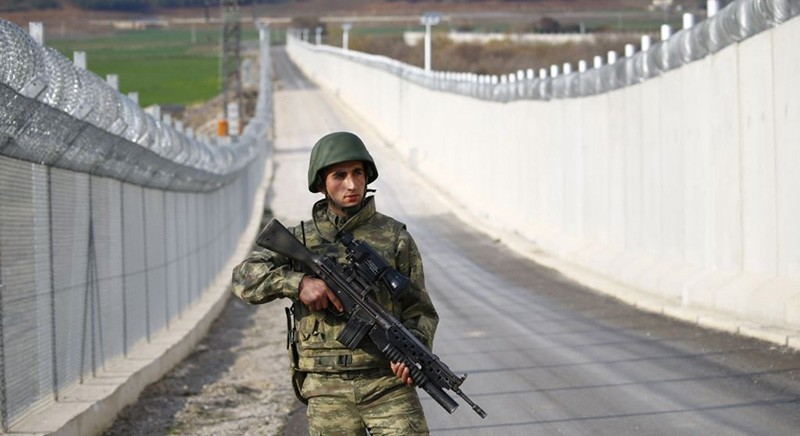 A Turkish soldier patrols along a wall on the border line between Turkey and Syria near the southeastern city of Kilis, Turkey (Reuters File Photo)