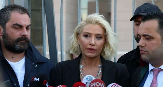 Singer Sıla Gencoğlu (center) speaks to reporters in Istanbul's Çağlayan Courthouse on Mon. Apr. 22, 2019 (DHA Photo)