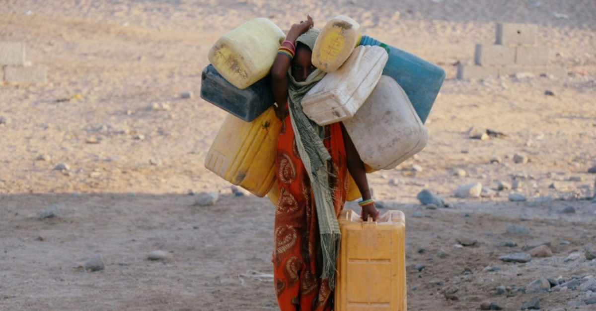A girl carries jerry cans to fill them up with drinking water at a camp sheltering displaced people from the Red Sea port city of Hodeidah near Aden, Yemen November 12, 2018. (REUTERS Photo)