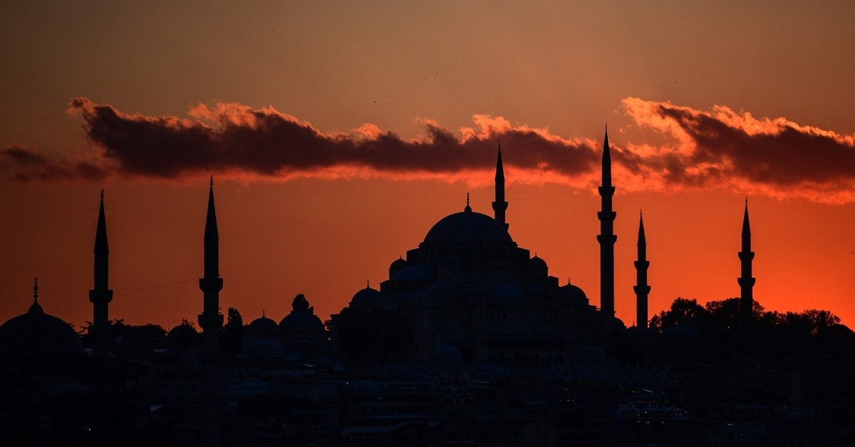 The Su00fcleymaniye Mosque (right) and the New Mosque, at sunset in Istanbul, October, 2017. (AFP Photo)