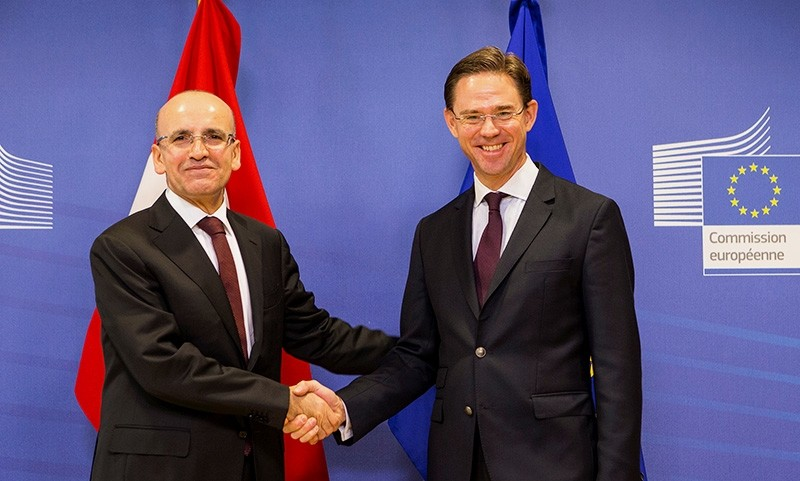Deputy Prime Minister u015eimu015fek (L) and European Commission Vice-President for Jobs, Growth, Investment and Competitiveness Jyrki Katainen shake hands after a joint news conference at European Commission headquarters, Brussels, Belgium, Dec. 8, 2017.