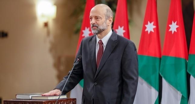 رئيس الوزراء الأردني يلغي تعيينات برواتب مرتفعة إثر غضب شعبي