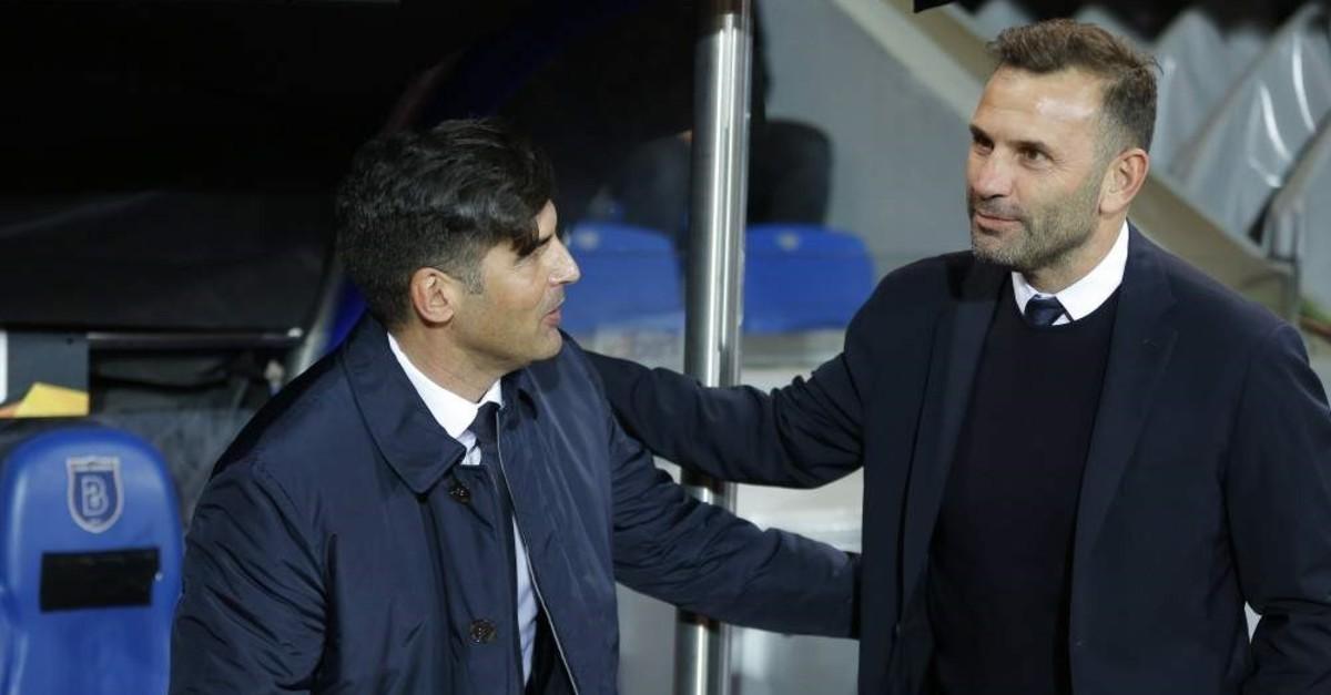 Roma coach Paulo Fonseca (L) talks with Ba?ak?ehir's Okan Buruk prior to their Europa League match, Istanbul, Nov. 28, 2019. (AP Photo)
