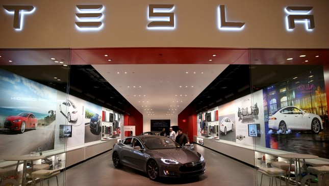 Tesla shares sink to 2-year low after chief accounting officer resigns