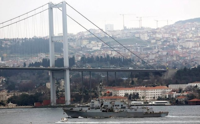 U.S. Navy guided-missile destroyer USS Truxtun passes under the July 15 Martyrs' Bridge in Istanbul, on its way to the Black Sea, March 7, 2014. (Reuters Photo)