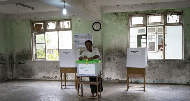 A man casts his vote in a by-election in a polling station in Dagon Seikkan township, eastern Yangon on April 1, 2017. (AFP Photo)