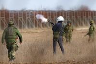 الجيش اليوناني يطلق الغاز المسيل للدموع على طالبي اللجوء AP