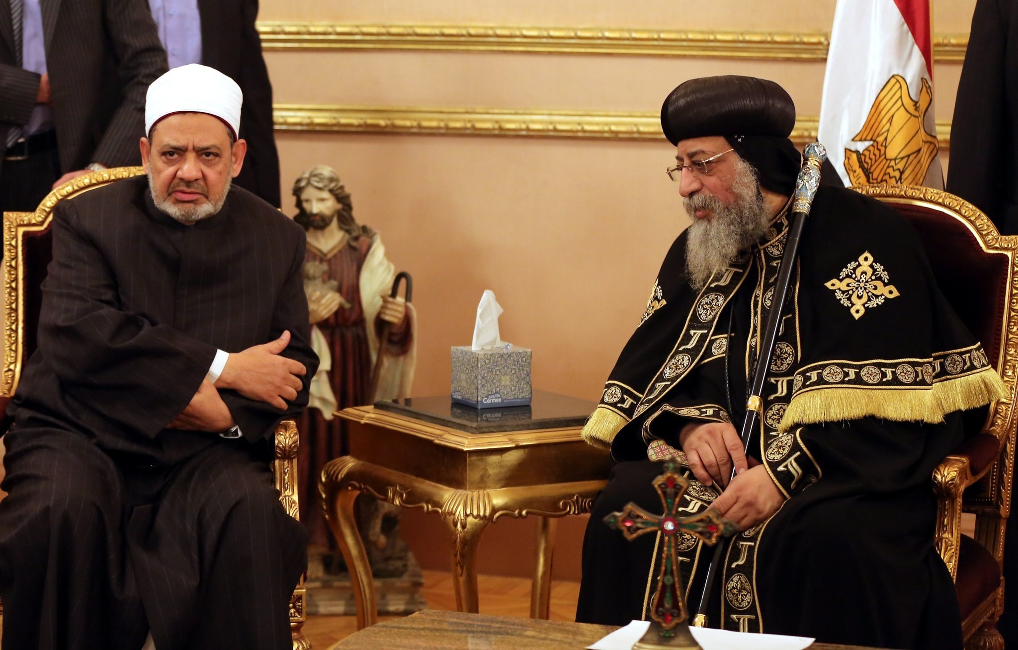 Grand Imam of Al-Azhar Sheikh Ahmed el-Tayeb (L) offers condolences to Pope Tawadros II (R) of Alexandria, head of the Egyptian Coptic Orthodox Church, after the killing of Egyptian Christians in Libya. (EPA Photo)