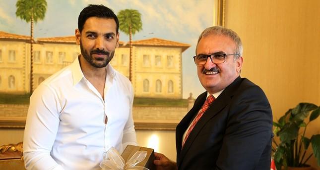 John Abraham (left) receives a gift from Antalya Governor Münir Karaloğlu, Nov. 6, 2017 (AA Photo)
