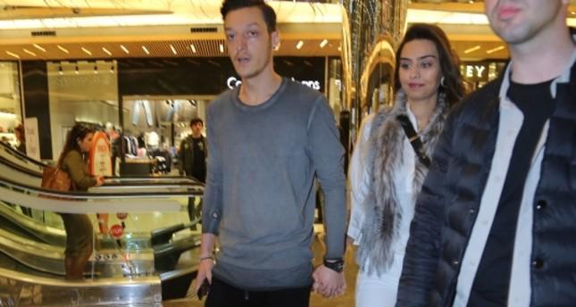 أوزيل وخطيبته يبدآن رحلة التسوق للزفاف من إسطنبول