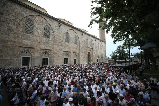 Thousands gather throughout Turkey to hold funeral prayers for Morsi