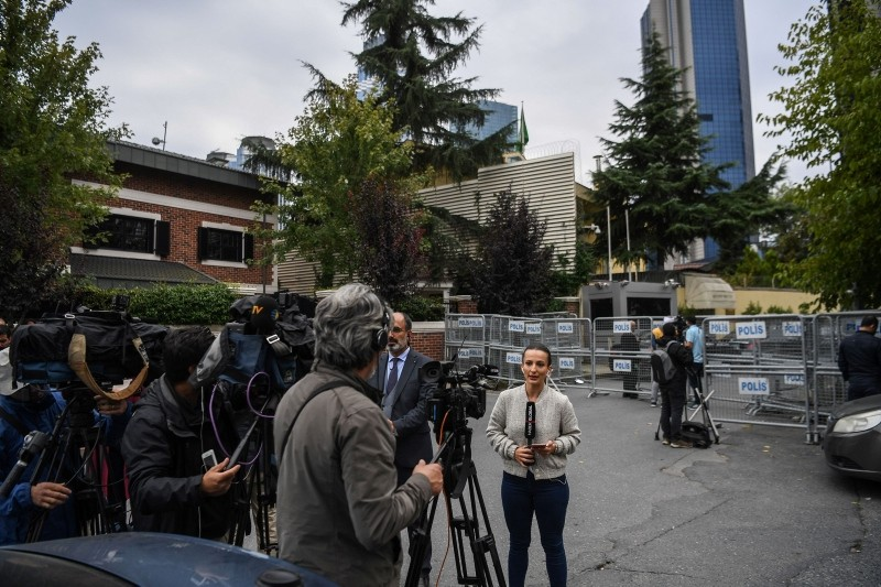 Video journalists broadcast their pieces to camera at barriers in front of Saudi Arabia's consulate in Istanbul on October 4, 2018. (AFP Photo)