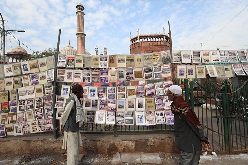 Indian Muslims look at news clippings outside Jama Mosque in New Delhi, India, Dec. 6, 2017. (EPA Photo)