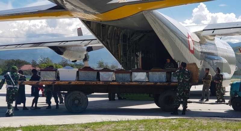 Indonesian military officers load coffins into a carrier aircraft in Wamena, Papua province on Dec. 6, 2018. (AFP Photo)