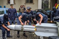 صاروخ جو-جو الذي عثرت عليه الشرطة الإيطالية بحوزة متطرفين نازيين (الفرنسية)