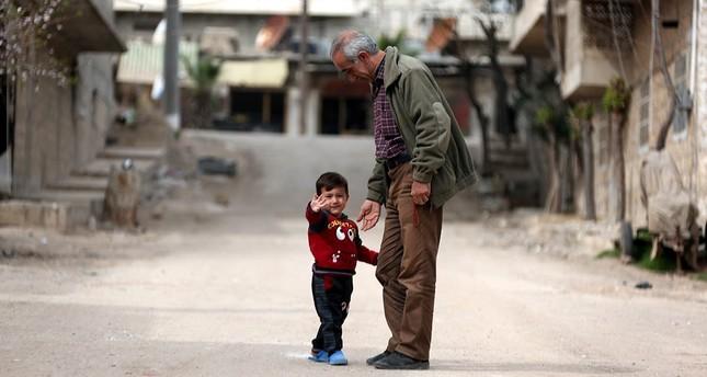 """Ein Kind in der nordsyrischen Stadt Afrin, die am 19. März durch die """"Operation Olivenzweig"""" der türkischen Streitkräfte (TSK) und der Freien Syrischen Armee (FSA) befreit wurde. (EPA Foto)"""
