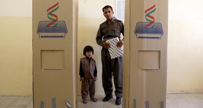 ناخب من شمال العراق يدلي بصوته في الانتخابات البرلمانية المحلية