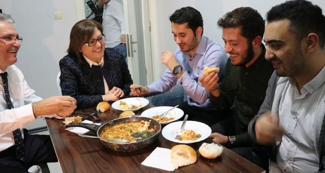 Gaziantep mayor cooks for homesick uni students