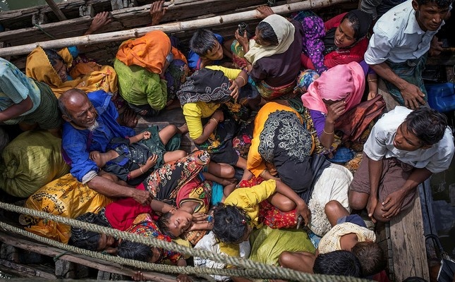 Rohingya refugees arriving by boat at Shah Parir Dwip on the Bangladesh side of the Naf River on Sept. 12. (AFP Photo)