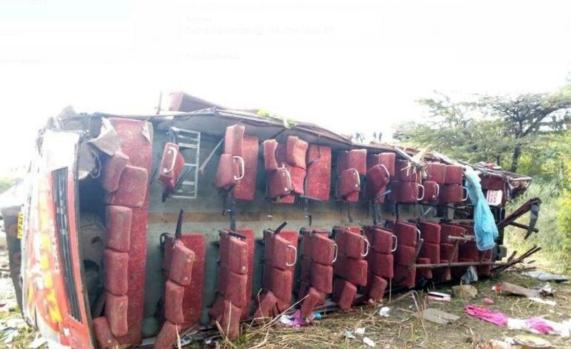 At least 50 people were killed after the bus they were travelling in overturned and its entire roof was ripped off in an accident in western Kenya, 10 Oct. 2018 (IHA Photo)