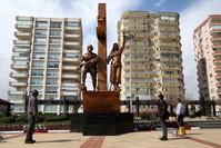 نصب غصن الزيتون في وسط مدينة مرسين (الأناضول)