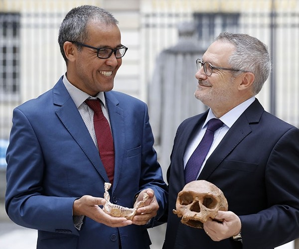 French paleoanthropologist Jean-Jacques Hublin (R) and Abdelouahed Ben-Ncer of the National Institute of Archaeology and Heritage Sciences in Morocco pose with the casting of a skull of Homo Sapiens discovered in Morocco (AFP Photo)