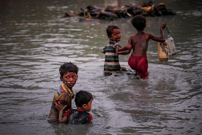 Rohingya siblings fleeing violence hold one another as they cross the Naf River along the Bangladesh-Myanmar border in Palong Khali, near Coxu2019s Bazar, Bangladesh November 1, 2017. (Reuters Photo)