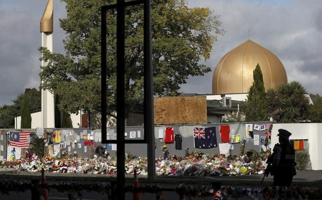 A police officer stands guard outside al-Noor mosque, Christchurch, March 22, 2019. (REUTERS Photo)