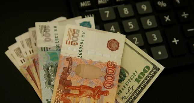 الروبل الروسي في أدنى مستوى له أمام الدولار الأمريكي منذ 2016