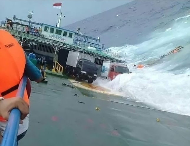 Passengers cling to the side of a ferry as it sank off the coast of Selayar island, in South Sulawesi province. (AFP Photo / Badan Nasional Penanggulangan Bencana)