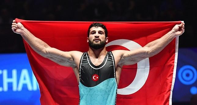 يلدريم يهنئ مصارعاً أحرز ذهبية لتركيا ببطولة العالم في فرنسا