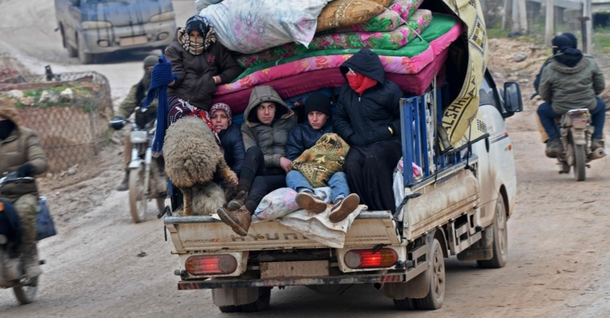 Displaced Syrians flee the countryside of Aleppo and Idlib provinces towards Syria's northwestern Afrin district near the border with Turkey Feb. 13, 2020. (AFP Photo)