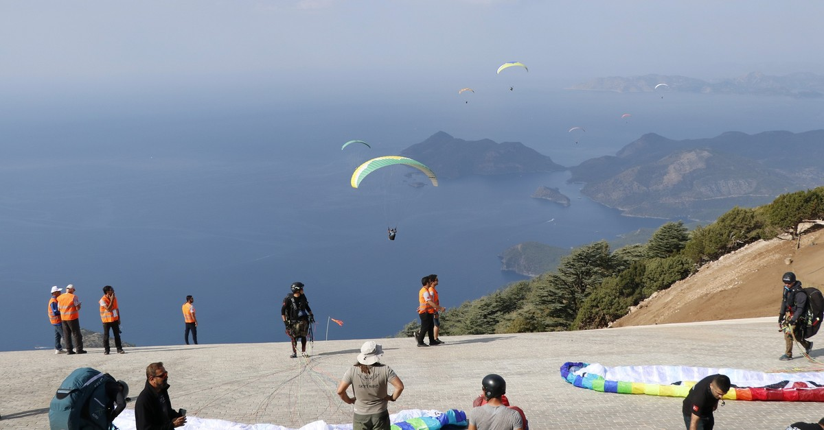 On the opening day of the festival, paragliders put on shows for spectators, jumping from Babada? Mountain in Fethiye, Mu?la. ( AA Photo )