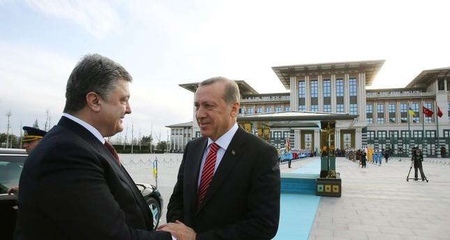 President Recep Tayyip Erdoğan greets his Ukrainian counterpart Petro Poroshenko at the presidential complex in Ankara, Turkey. (AA Photo)