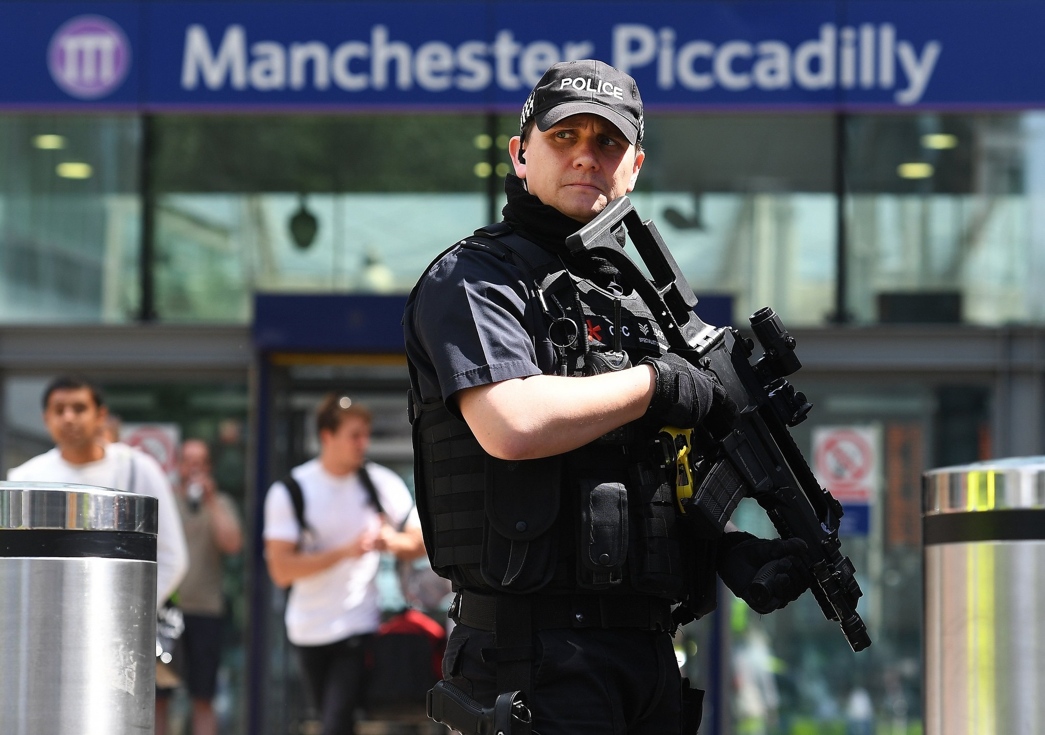 Armed police on patrol in Manchester, Britain, 23 May 2017 (EPA Photo)