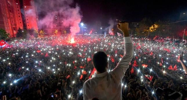 إمام أوغلو يلقي كلمة أمام حشد من أنصاره بمنطقة بيليك دوزو بإسطنبول عقب إعلان فوزه برئاسة البلدية ( أسوشيتد برس)