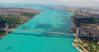 pMit Erstaunen haben die Bewohner von Istanbul in den vergangenen Tagen gesehen, dass das Wasser des Bosporus vom gewöhnlichen Blau ins Türkis gewechselt ist. Diese ungewöhnliche Färbung der...