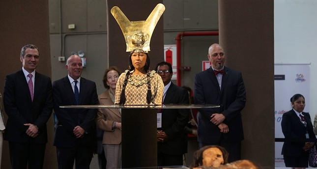 The face of the mummy of the Lady of Cao, a woman who ruled the Chicama Valley 1700 years ago, on the Peruvian north coast is revealed at a ceremony held at the Museo de la Nacion in Lima, Peru, 04 July 2017 (EPA Photo)