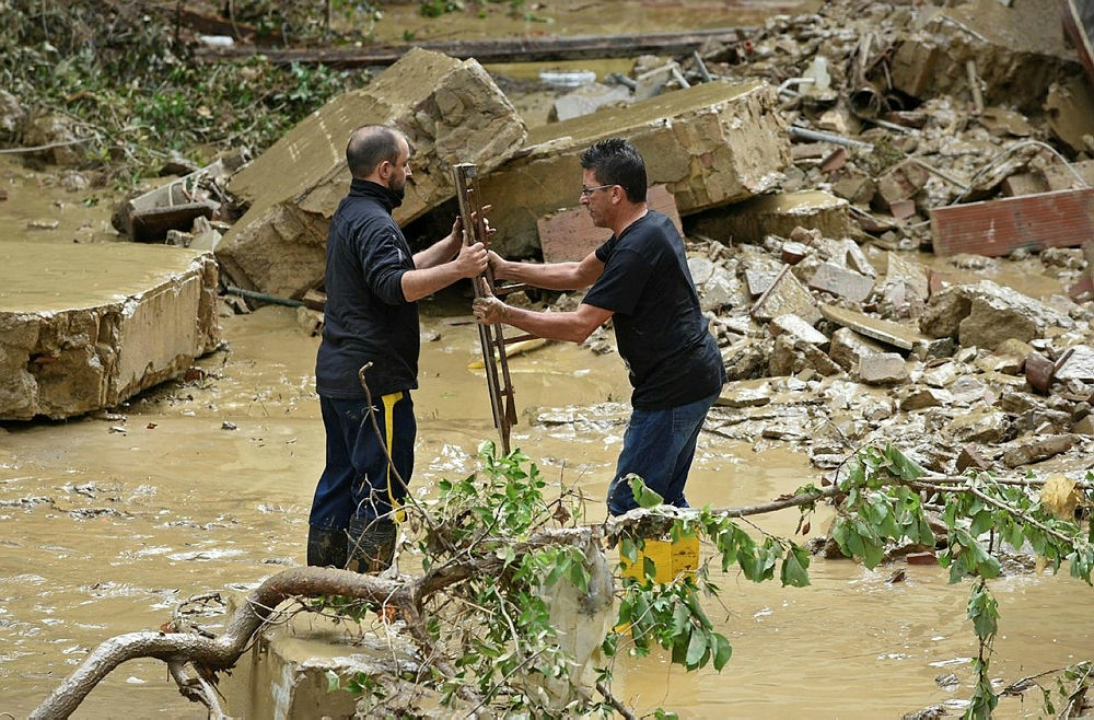 People search a house in which's flooded basement five bodies were found in Livorno, Italy, 10 September 2017. (EPA Photo)