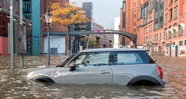 Flood waters surround a car parked at Hamburg's Fish Market district on October 29, 2017 as a storm hit many parts of Germany. (AFP Photo)