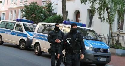 pDas Bundeskriminalamt (BKA) ist am Dienstag in mehreren Bundesländern gegen Hasskriminalität im Netz vorgegangen. Seit 6.00 Uhr morgens seien 23 Polizeidienststellen in vierzehn Bundesländern im...