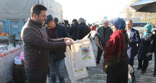 Municipality officials distribute canvas bags to citizens in the northern city of Düzce on Dec. 9. Plastic bags will be sold for TL 0.25 and citizens are encouraged to use environment-friendly bags for shopping.