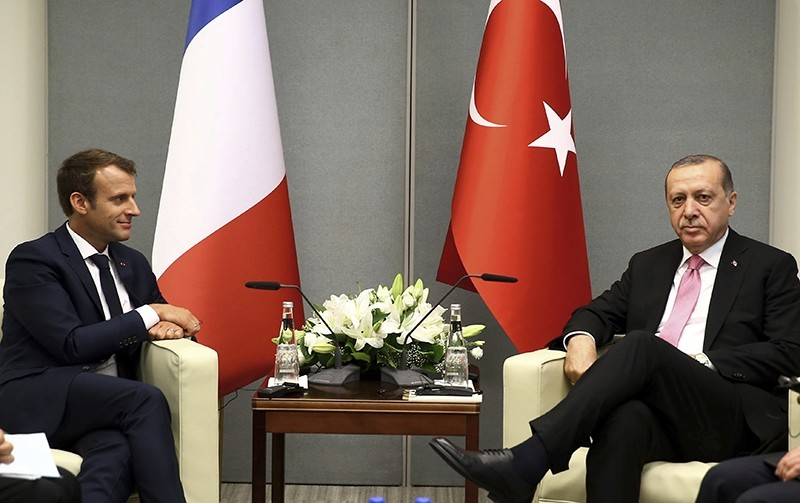 President Recep Tayyip Erdogan, right, and French President Emmanuel Macron pose for photos at U.N. headquarters, Tuesday, Sept. 19, 2017 (AP Photo)