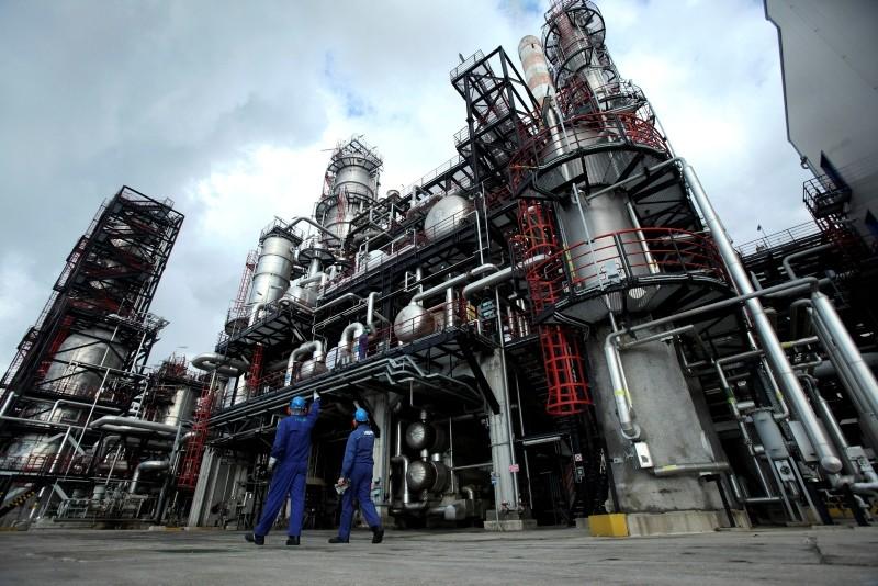 Worker walk at INA's oil refinery in Rijeka, Croatia January 15, 2014. (REUTERS Photo)