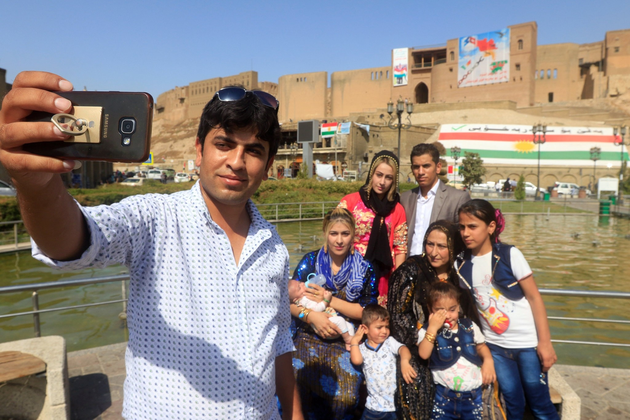 A Kurdish family takes a selfie at the old city of Erbil, Iraq September 27, 2017. (REUTERS Photo)