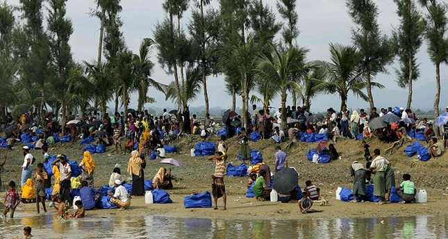 Displaced Rohingya refugees from Rakhine state in Myanmar rest near Ukhia, at the border between Bangladesh and Myanmar, as they flee violence on September 4, 2017 (AFP Photo)