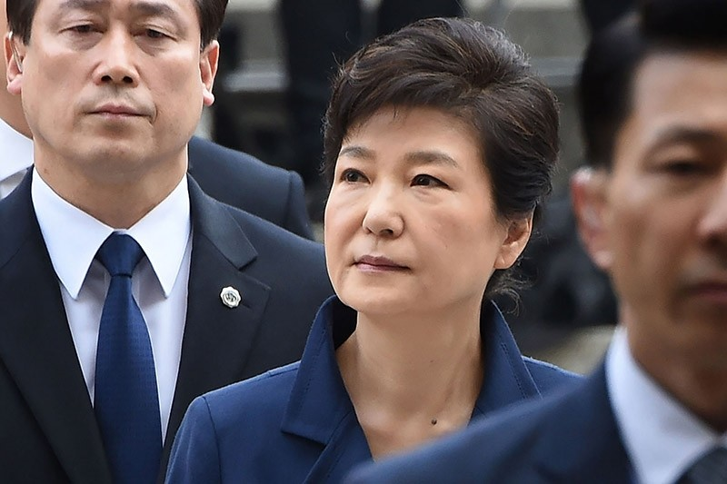 ousted president Park Geun-Hye (C) arrives for a hearing to decide whether she should be arrested over the corruption and abuse of power scandal that brought her down, at a court in Seoul on March 30, 2017 (AFP Photo)